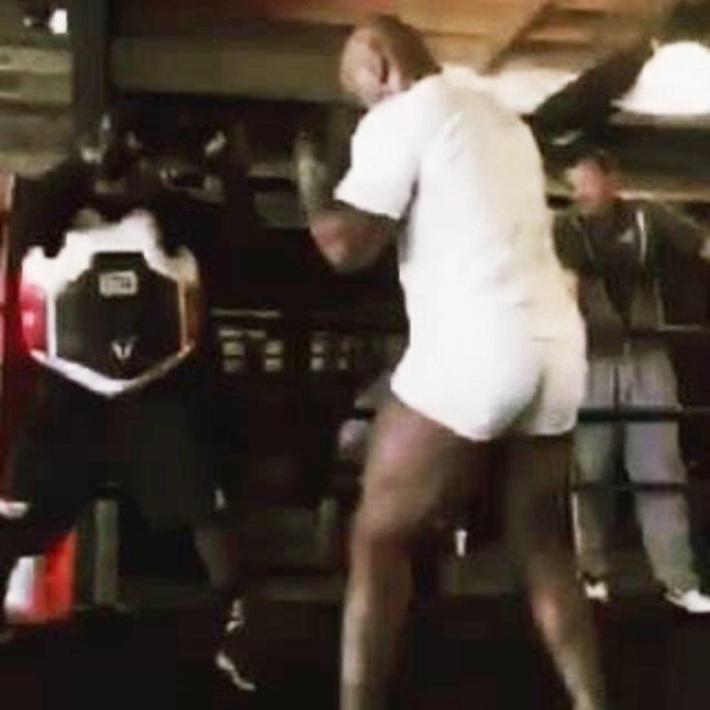"""Võ sĩ huyền thoại Mike Tyson tung cú đấm """"chết chóc"""" ở tuổi 54 - Ảnh 2."""