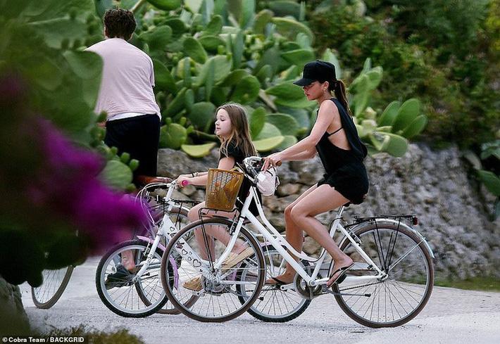 Con dâu tương lai vi vu sang Italy du lịch cùng gia đình Beckham, gây chú ý trong lần đầu lộ diện cạnh Brooklyn kể từ sau tuyên bố đính hôn - Ảnh 9.