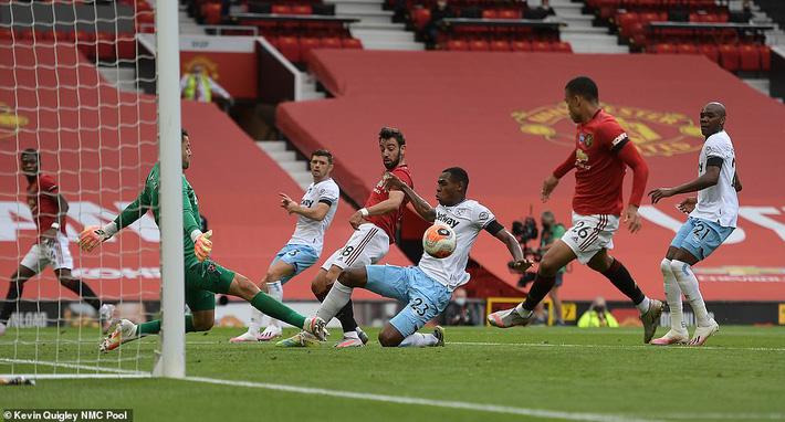 Man United mất điểm vẫn lọt vào top 4; Liverpool vùi dập Chelsea trong ngày trọng đại - Ảnh 1.