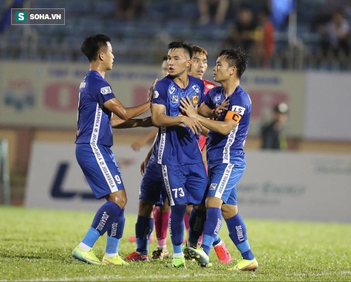 Trung vệ U23 VN lập siêu phẩm, đội bét bảng suýt tạo ra cú sốc trước đội dẫn đầu V.League - Ảnh 3.