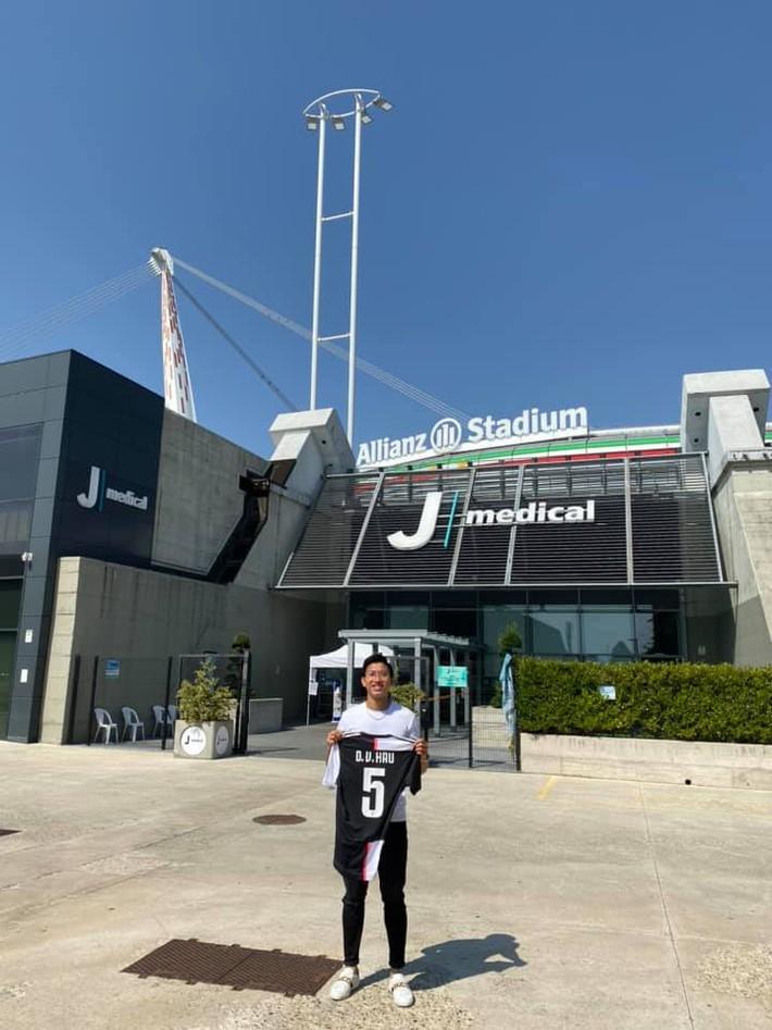 Sau màn khoe cơ bắp, Đoàn Văn Hậu hào hứng đến thăm đại bản doanh của Ronaldo - Ảnh 6.