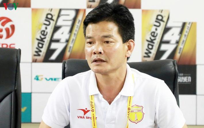 GĐKT Văn Sỹ phản pháo Trưởng ban trọng tài Dương Văn Hiền - Ảnh 2.