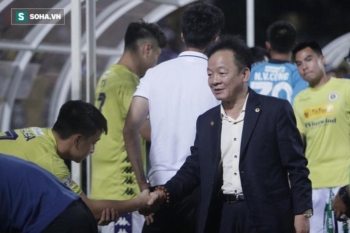 Cha con bầu Hiển gặp riêng BHL Hà Nội FC và trưởng ban trọng tài sau trận hòa tiếc nuối - Ảnh 1.