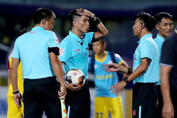 VFF: Kỷ luật ngay trọng tài sai phạm, giữ hình ảnh V-League - Ảnh 1.
