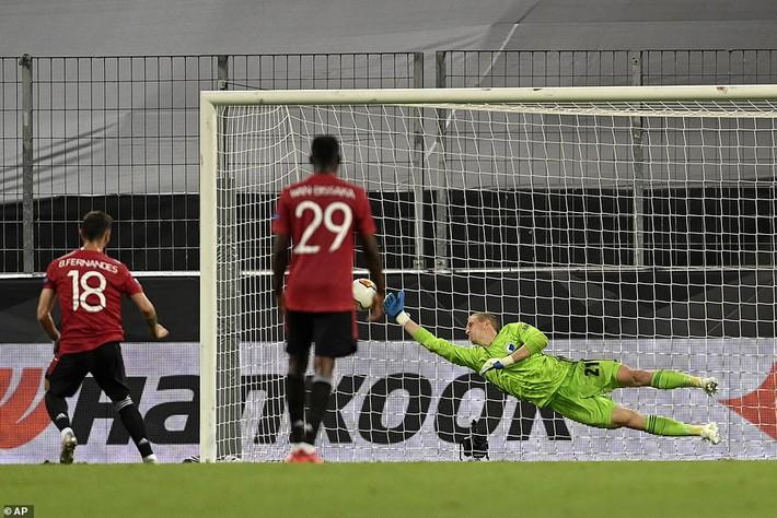 Thánh sút penalty lên tiếng, Man United nghẹt thở vượt qua đối thủ vô danh - Ảnh 4.