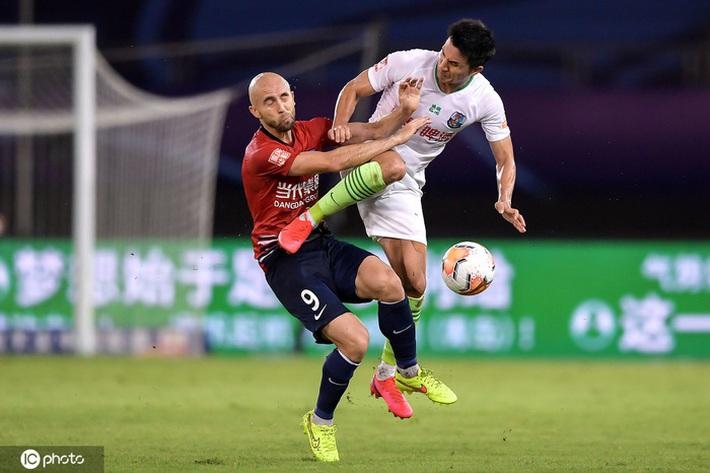 Cầu thủ Trung Quốc vung chân đạp thẳng vào bụng đối phương, bên ngoài HLV ôm đầu hoang mang cực độ - Ảnh 2.