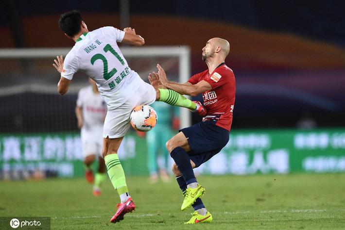 Cầu thủ Trung Quốc vung chân đạp thẳng vào bụng đối phương, bên ngoài HLV ôm đầu hoang mang cực độ - Ảnh 3.