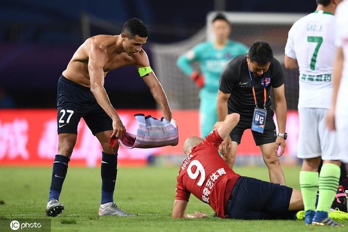 Cầu thủ Trung Quốc vung chân đạp thẳng vào bụng đối phương, bên ngoài HLV ôm đầu hoang mang cực độ - Ảnh 5.