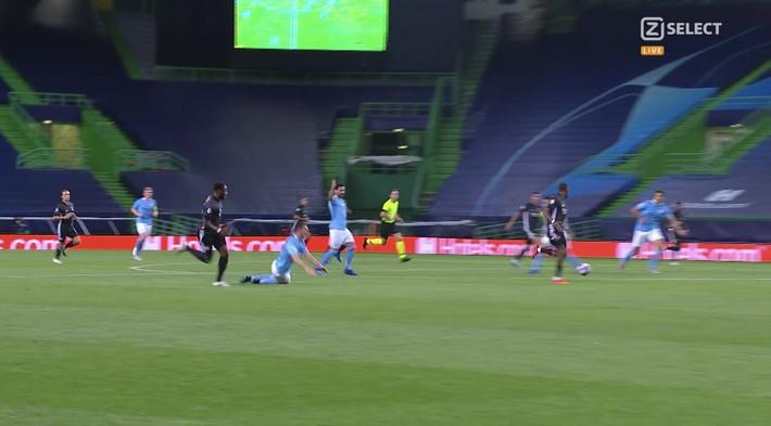 Pep Guardiola quỳ xuống bất lực, Man City thảm bại sau hàng loạt sai lầm ngớ ngẩn - Ảnh 3.