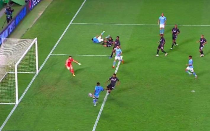 Pep Guardiola quỳ xuống bất lực, Man City thảm bại sau hàng loạt sai lầm ngớ ngẩn - Ảnh 5.