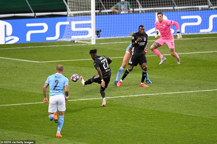 Pep Guardiola quỳ xuống bất lực, Man City thảm bại sau hàng loạt sai lầm ngớ ngẩn - Ảnh 1.