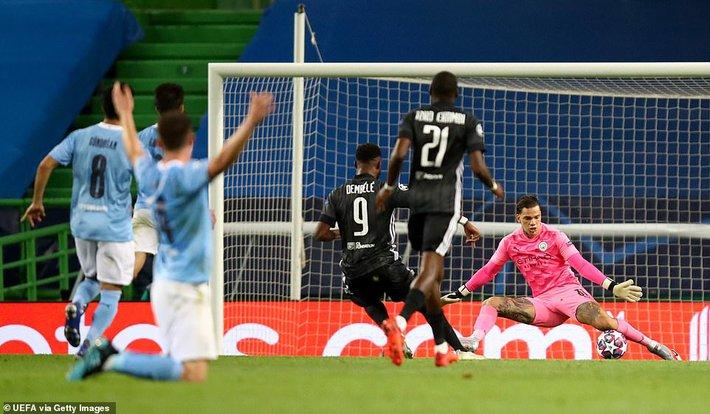 Pep Guardiola quỳ xuống bất lực, Man City thảm bại sau hàng loạt sai lầm ngớ ngẩn - Ảnh 4.