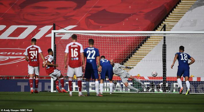 Đánh bại Chelsea, Arsenal lên ngôi vô địch trong ngày trọng tài dính scandal không kém V.League - Ảnh 2.