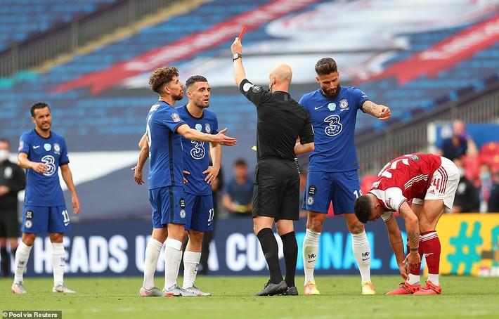 Đánh bại Chelsea, Arsenal lên ngôi vô địch trong ngày trọng tài dính scandal không kém V.League - Ảnh 4.