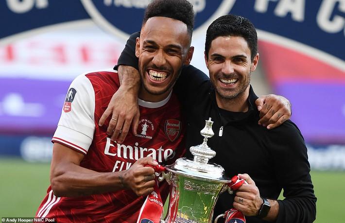 Đánh bại Chelsea, Arsenal lên ngôi vô địch trong ngày trọng tài dính scandal không kém V.League - Ảnh 8.