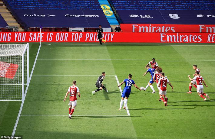 Đánh bại Chelsea, Arsenal lên ngôi vô địch trong ngày trọng tài dính scandal không kém V.League - Ảnh 1.