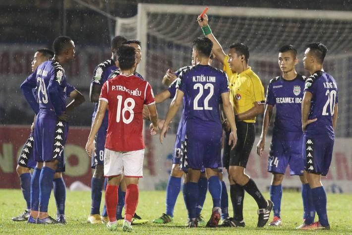 [Hồi ức] Quên thẻ đỏ, trọng tài V.League bẻ còi, hủy bàn thắng rồi bị cầu thủ hỏi tội - Ảnh 3.