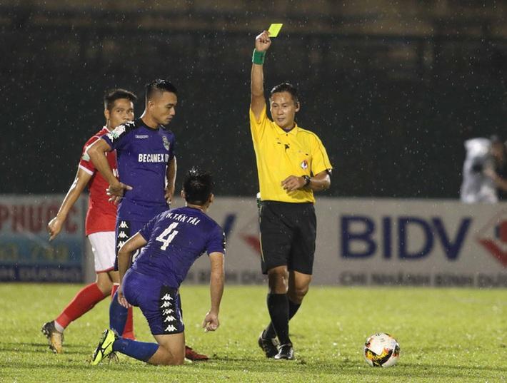 [Hồi ức] Quên thẻ đỏ, trọng tài V.League bẻ còi, hủy bàn thắng rồi bị cầu thủ hỏi tội - Ảnh 2.