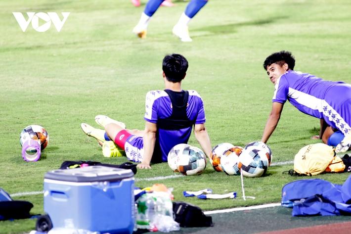 Không được thi đấu, Công Phượng vẫn hăng say tập luyện cùng CLB TPHCM - Ảnh 4.
