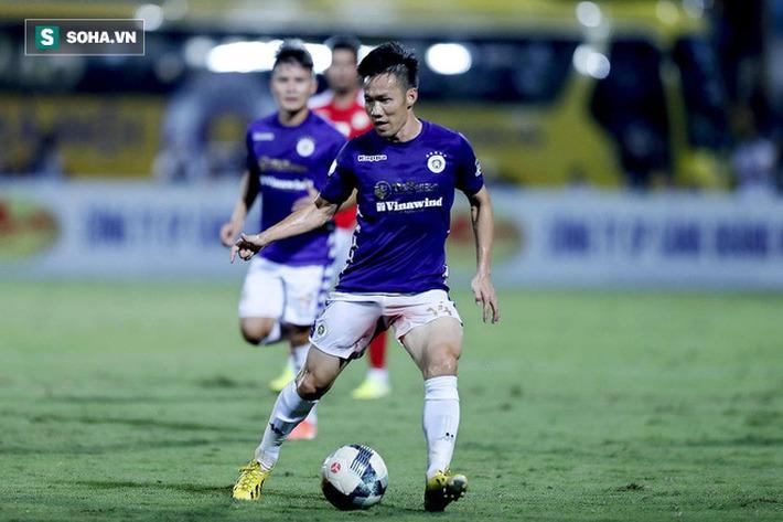 Hi hữu: Lão tướng của Hà Nội FC phải rời sân vì lý do dở khóc dở cười - Ảnh 1.