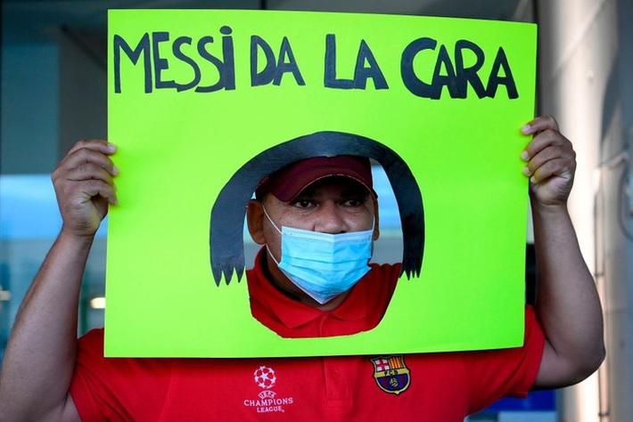 Cha của Messi bị vây kín khi tới Barcelona bàn về tương lai con trai, liên tục nói: Tôi không biết gì cả - Ảnh 5.