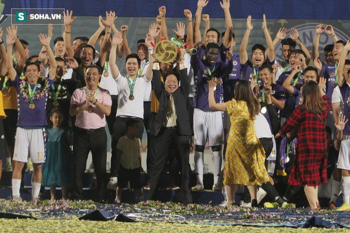 Nhận cúp từ Văn Quyết, bầu Hiển ăn mừng theo cách cực sung khiến cầu thủ Hà Nội bất ngờ - Ảnh 8.