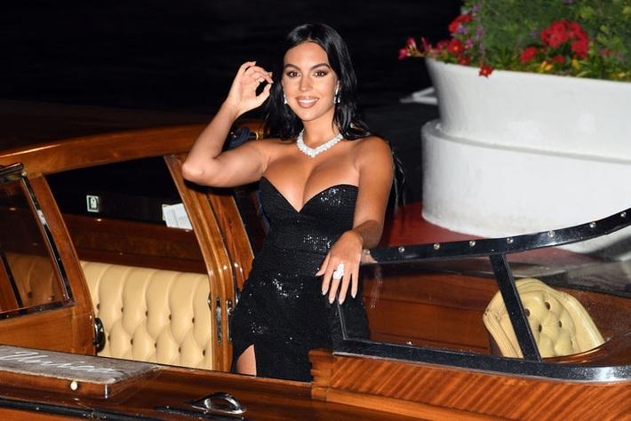 Tốn công diện áo 48 triệu cực sang chảnh tới dự LHP Venice, bạn gái của Ronaldo lại quên mất cắt mác - Ảnh 7.