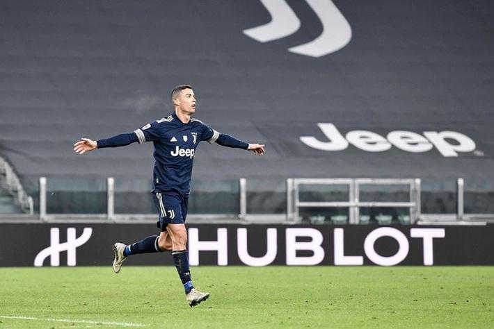 Ronaldo lại thách thức trọng lực, chấp luôn đôi tay thủ môn đối phương - Ảnh 1.