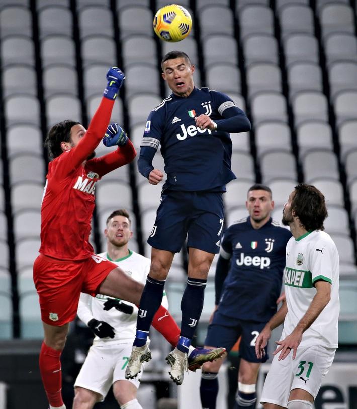 Ronaldo lại thách thức trọng lực, chấp luôn đôi tay thủ môn đối phương - Ảnh 2.