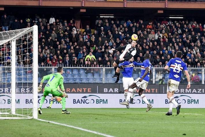 Ronaldo lại thách thức trọng lực, chấp luôn đôi tay thủ môn đối phương - Ảnh 4.