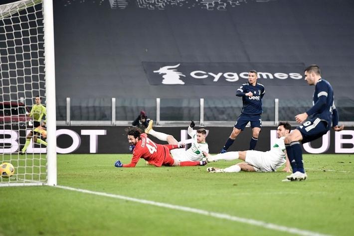 Ronaldo lại thách thức trọng lực, chấp luôn đôi tay thủ môn đối phương - Ảnh 9.