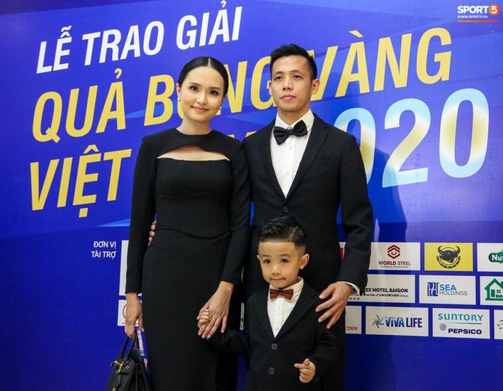 Vợ Văn Quyết rơi nước mắt vào thời khắc chồng được xướng tên ở Quả bóng vàng Việt Nam - Ảnh 1.