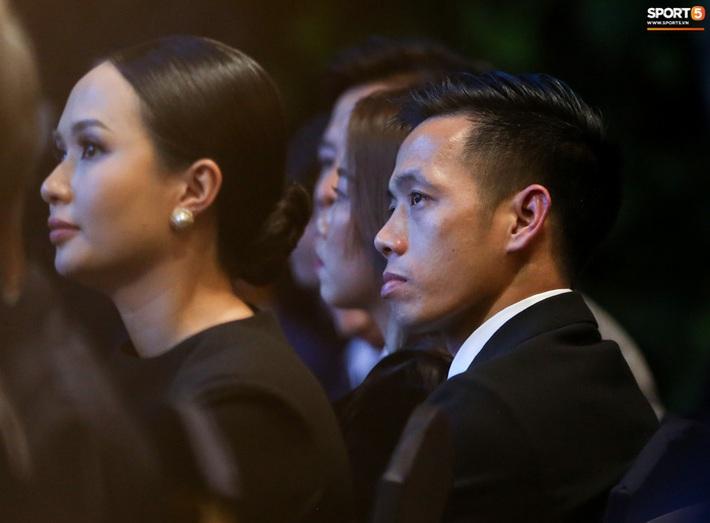 Vợ Văn Quyết rơi nước mắt vào thời khắc chồng được xướng tên ở Quả bóng vàng Việt Nam - Ảnh 2.