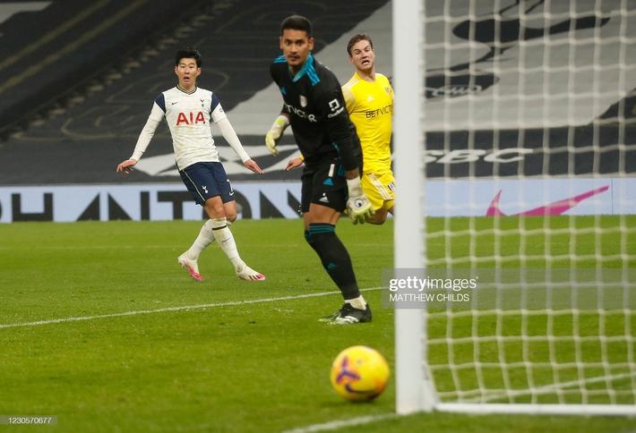 Mourinho thẫn thờ vì mất điểm; Pep Guardiola đe dọa soán ngôi Man United - Ảnh 2.