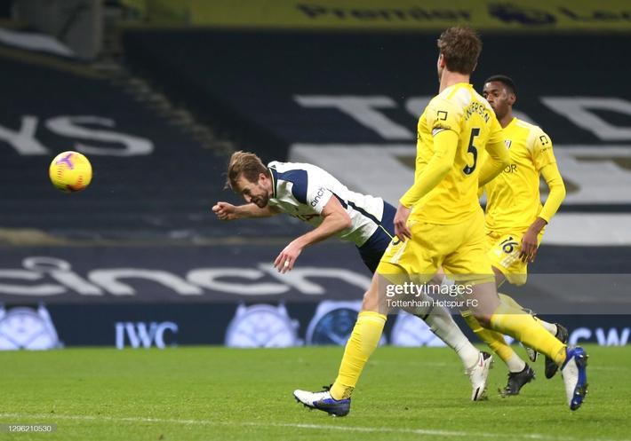 Mourinho thẫn thờ vì mất điểm; Pep Guardiola đe dọa soán ngôi Man United - Ảnh 1.