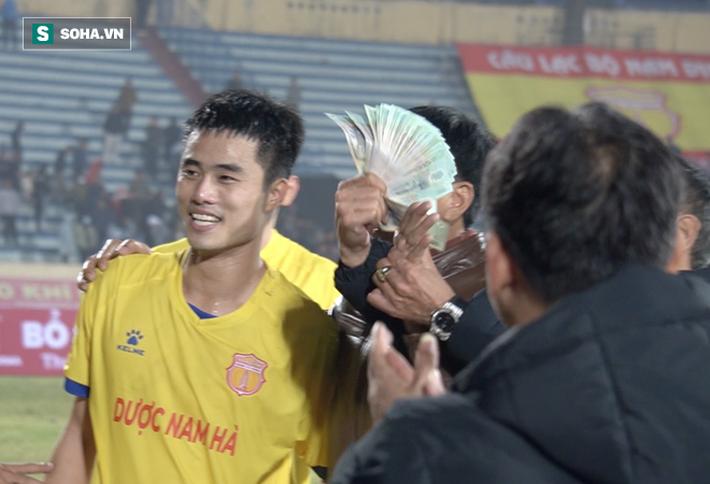 Rút cả xấp tiền thưởng nóng trận thắng Hà Nội FC, một CĐV Nam Định gây sốt vì độ chịu chơi - Ảnh 1.