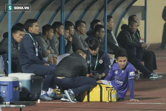 Bốn Quả Bóng Vàng của Hà Nội FC tắt điện, khốn khổ vì lối đá chiến binh của Nam Định - Ảnh 2.