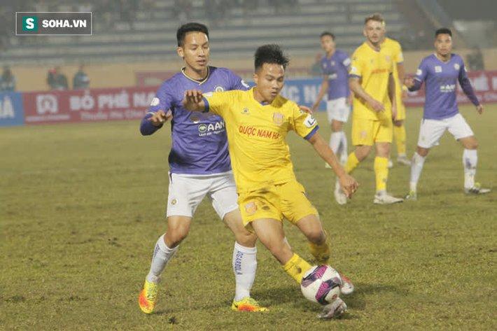 Bốn Quả Bóng Vàng của Hà Nội FC tắt điện, khốn khổ vì lối đá chiến binh của Nam Định - Ảnh 1.