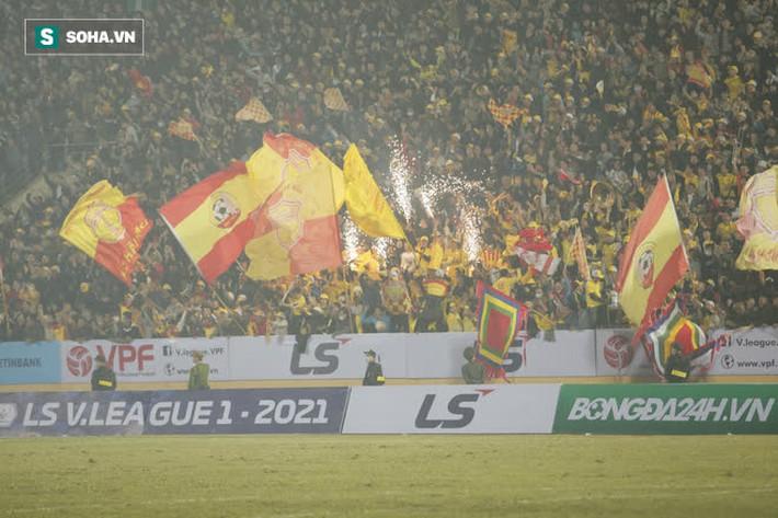 Bốn Quả Bóng Vàng của Hà Nội FC tắt điện, khốn khổ vì lối đá chiến binh của Nam Định - Ảnh 7.