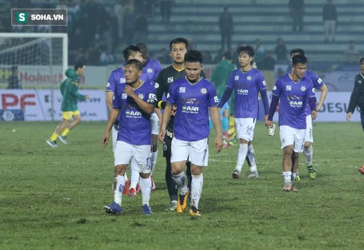 Bốn Quả Bóng Vàng của Hà Nội FC tắt điện, khốn khổ vì lối đá chiến binh của Nam Định - Ảnh 5.