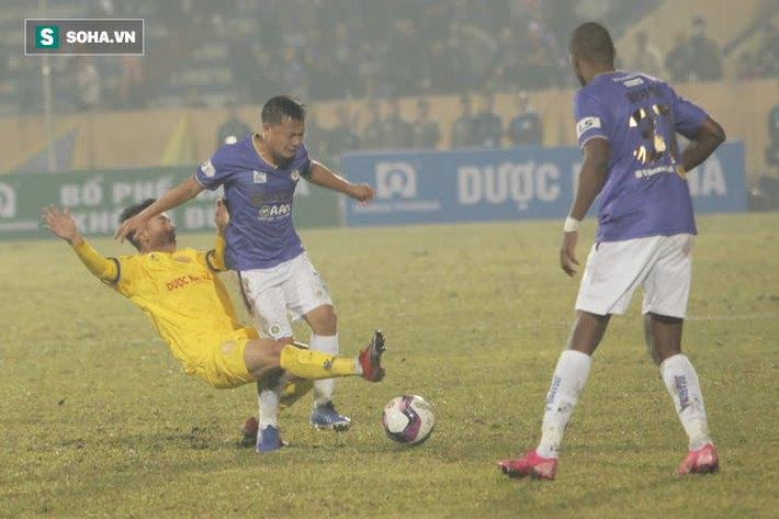 Bốn Quả Bóng Vàng của Hà Nội FC tắt điện, khốn khổ vì lối đá chiến binh của Nam Định - Ảnh 4.