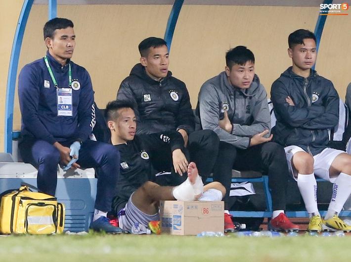 Khoảnh khắc Hùng Dũng bị đạp vào cổ chân nguy hiểm trận Hà Nội FC 0-3 Nam Định - Ảnh 4.