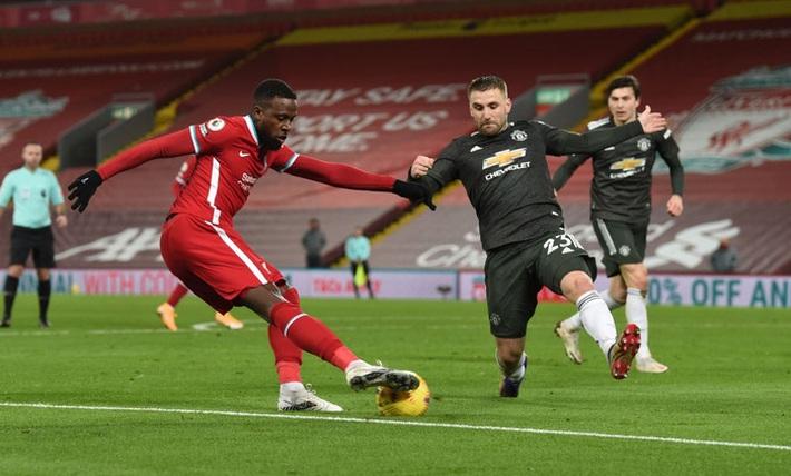 Chấm điểm cầu thủ MU: Luke Shaw, Wan-Bissaka bỏ Salah, Mane vào túi quần - Ảnh 5.