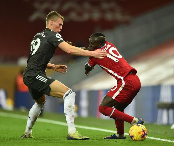 Chấm điểm cầu thủ MU: Luke Shaw, Wan-Bissaka bỏ Salah, Mane vào túi quần - Ảnh 6.