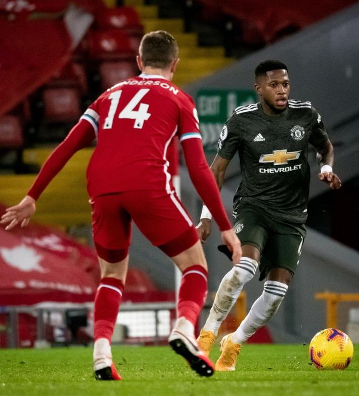 Chấm điểm cầu thủ MU: Luke Shaw, Wan-Bissaka bỏ Salah, Mane vào túi quần - Ảnh 7.
