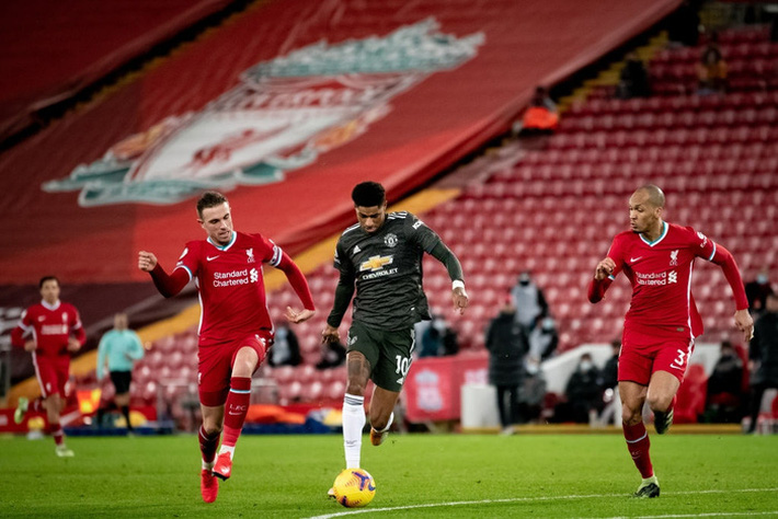 Chấm điểm cầu thủ MU: Luke Shaw, Wan-Bissaka bỏ Salah, Mane vào túi quần - Ảnh 10.
