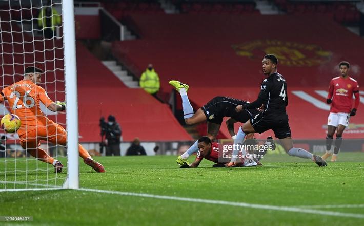 Giành 3 điểm đầy kịch tính, Man United bắt kịp Liverpool, mở toang cánh cửa vô địch - Ảnh 1.