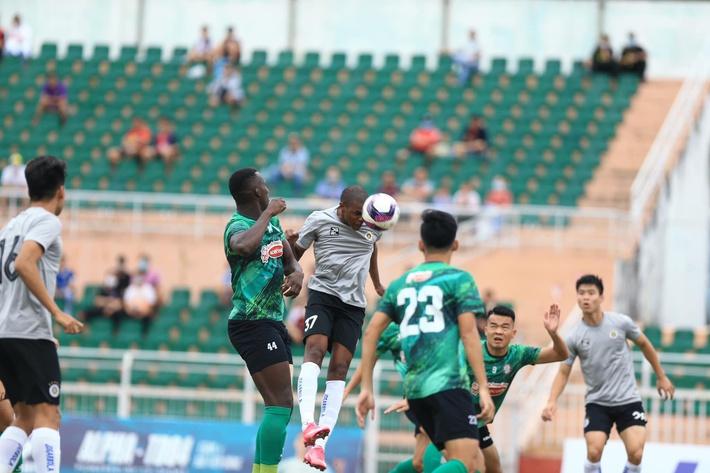 Phí Minh Long tái hiện sai lầm SEA Games, Hà Nội FC thua đau ở giây bù giờ cuối cùng - Ảnh 1.