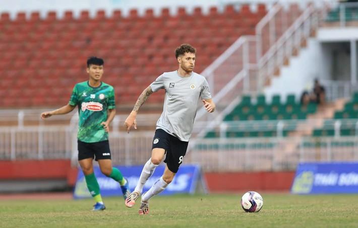 Phí Minh Long tái hiện sai lầm SEA Games, Hà Nội FC thua đau ở giây bù giờ cuối cùng - Ảnh 3.