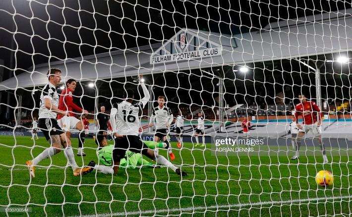 Ngược dòng bằng siêu phẩm, Man United đòi lại ngôi đầu Premier League từ tay kẻ thách thức - Ảnh 2.